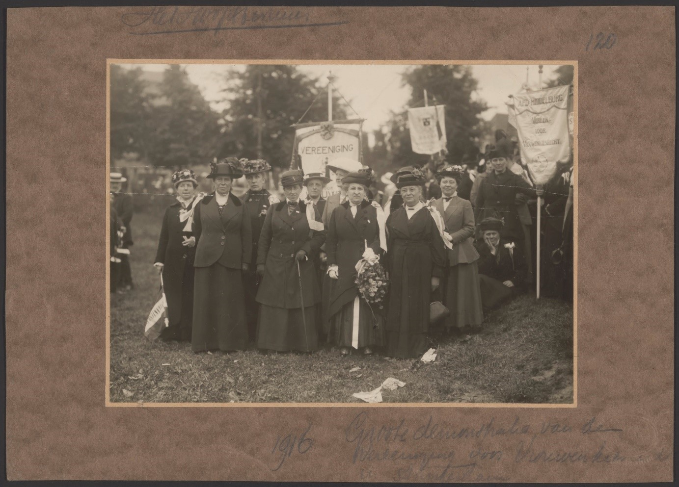 hoofdbestuur vereeniging voor vrouwenkiesrecht op grote vrouwenkiesrechtdemonstratie in amsterdam op 18 juni 1916