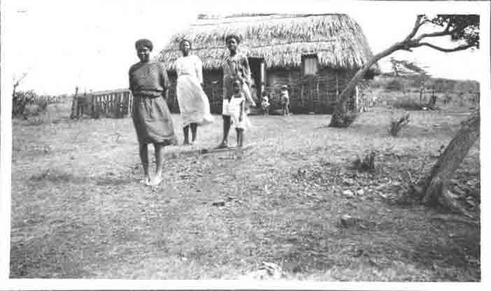 groep plattelandsvrouwen uit curacao voor hun woning