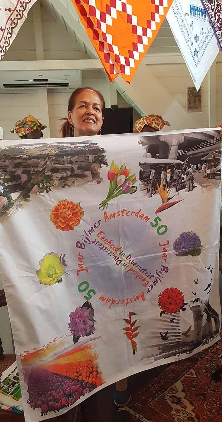 50 jaar Bijlmer angisa doek in Koto Museum, met Christine van Russel-Henar