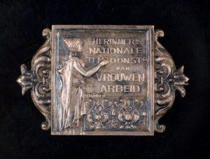 speld ter herinnering aan nationale tentoonstelling vrouwenarbeid 1898