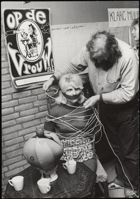 actie op de vrouw af een vrouw met een doek voor haar mond wordt aan de stoel vastgebonden door een man