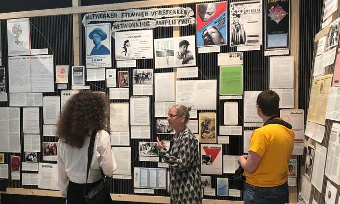 archivaris susanne neugebauer bij paneel tentoonstelling het ontwerp van het sociale