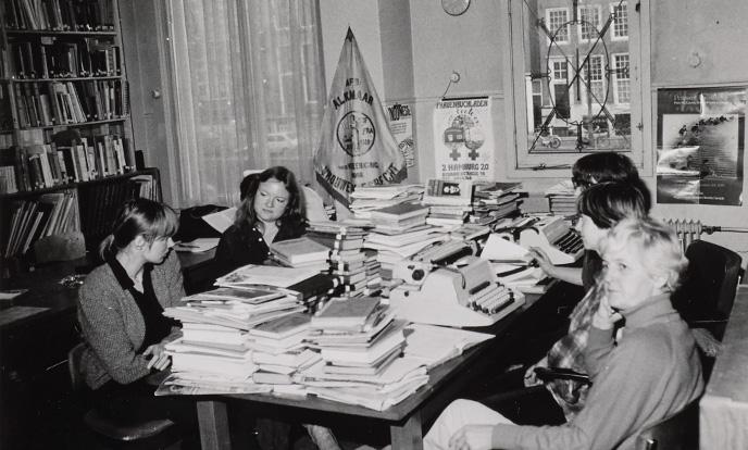 bergen boeken en uitpuilende boekenkasten iav 1978
